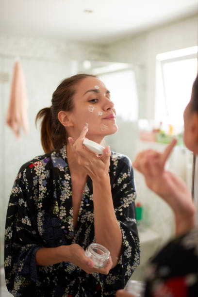 woman in the bathroom - mettersi lo smalto foto e immagini stock