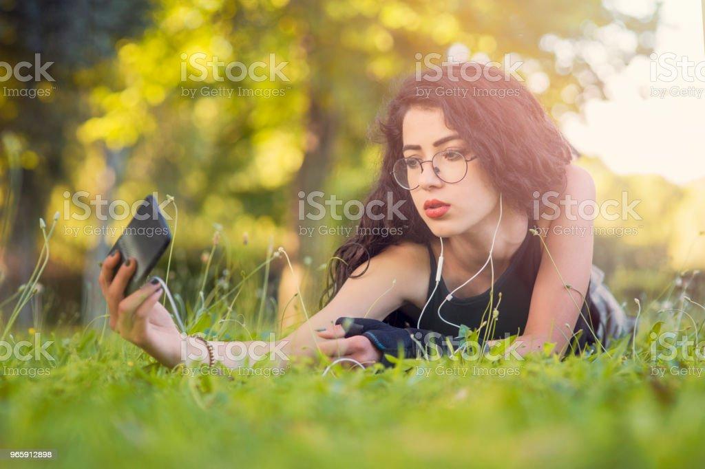 Vrouw in het gras selfie te nemen - Royalty-free Alleen volwassenen Stockfoto