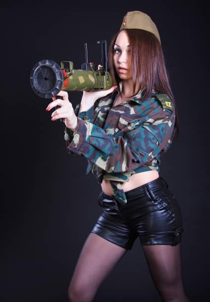 Mujer en uniforme militar con un lanzador de granadas - foto de stock