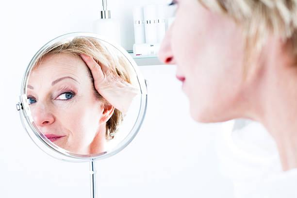 Frau im Spiegel – Foto
