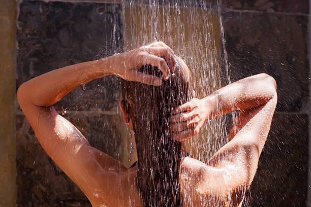 frau in der dusche - sonnendusche stock-fotos und bilder