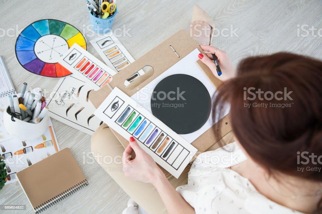 kvinna i studio arbeta bildbanksfoto