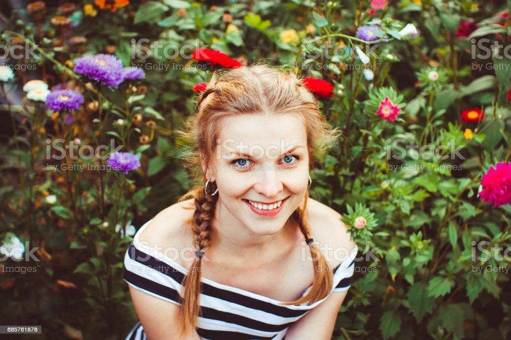 Kvinna i sommarträdgården royaltyfri bildbanksbilder