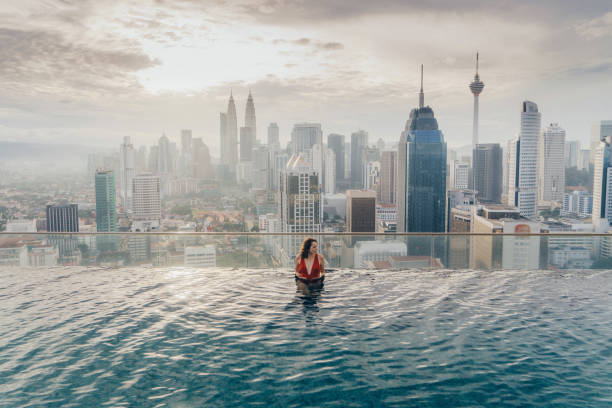 쿠알라룸푸르의 보기와 수영장에서 여자 - 쿠알라룸푸르 뉴스 사진 이미지