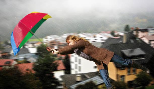 frau in the wind - wettervorhersage deutschland stock-fotos und bilder