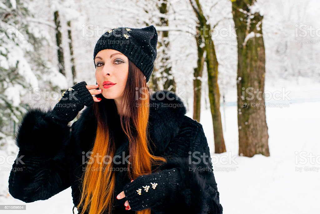 woman in the winter wood in a knitted cap foto stock royalty-free