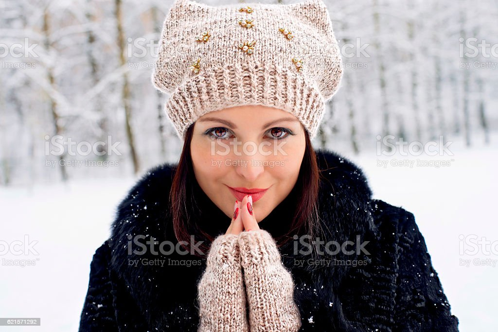 woman in the winter wood in a knitted cap photo libre de droits