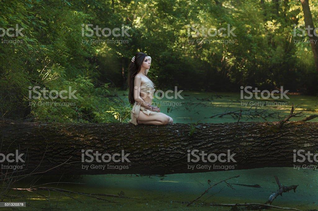 Mulher na floresta. - foto de acervo