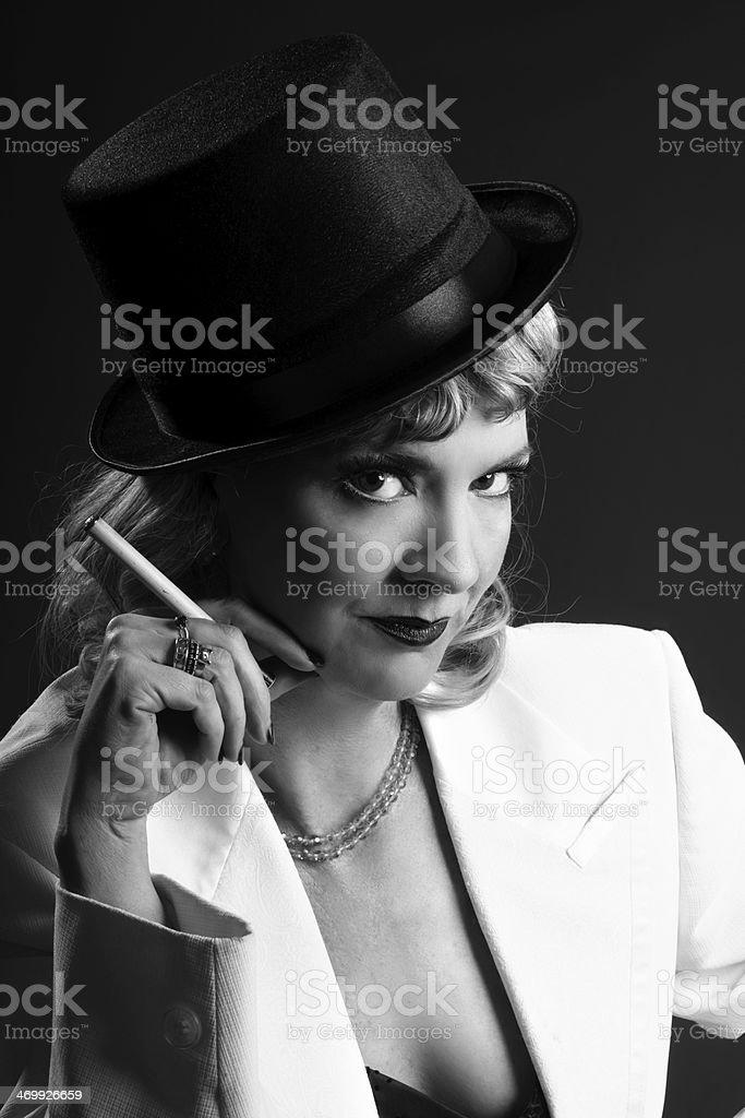 Frau im Zylinder und eleganter Jacke mit Zigarette. – Foto