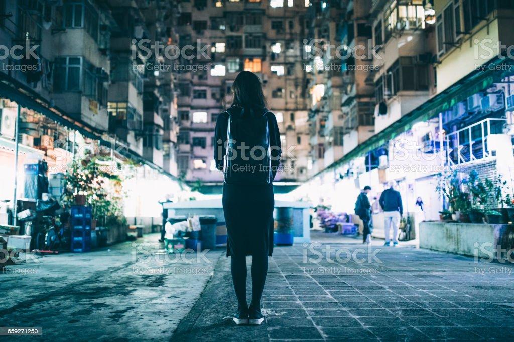 Mulher em ambiente urbano - foto de acervo