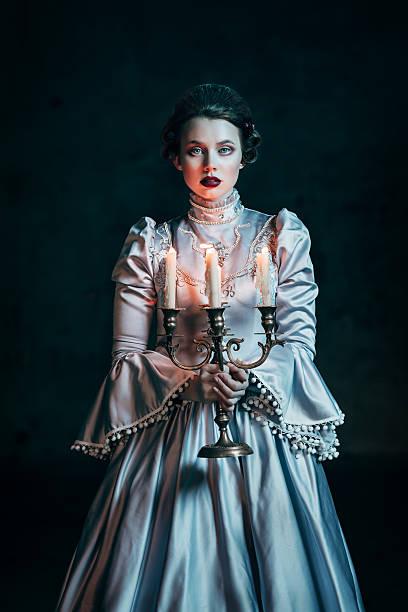frau im viktorianischen kleid - gothic kleid stock-fotos und bilder