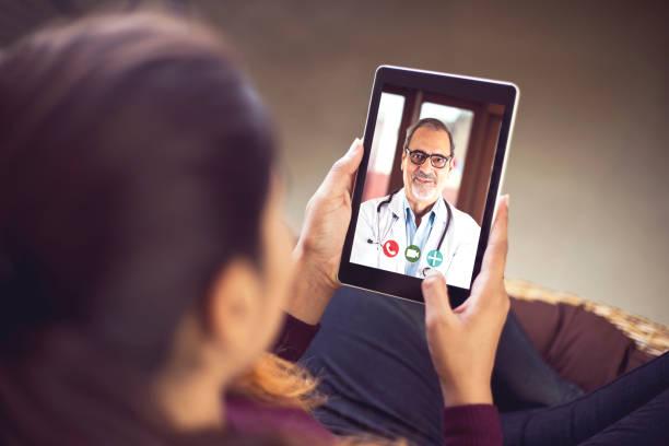 Frau in Videokonferenz mit Arzt – Foto