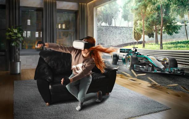 Frau in VR-Brille. Virtual Reality mit Rennwagen auf der Strecke – Foto