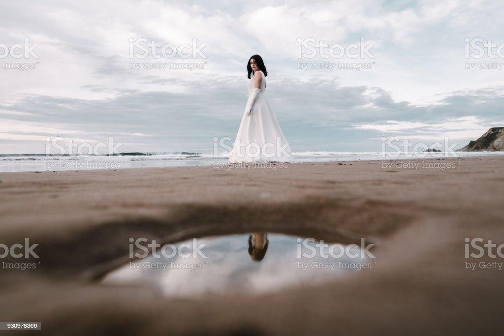 Mujer vestida de novia corriendo