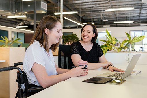Kvinna I Rullstol Samarbetar I Modern Office-foton och fler bilder på 20-29 år