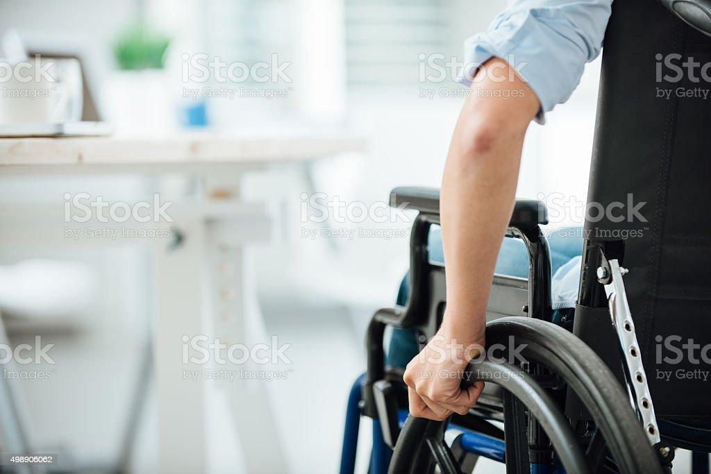 Mujer en silla de ruedas - foto de stock