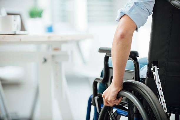 donna in sedia a rotelle - sedia a rotelle foto e immagini stock