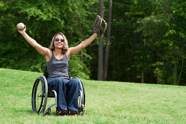 linda mulher em cadeira de rodas jogar bola - softbol esporte - fotografias e filmes do acervo