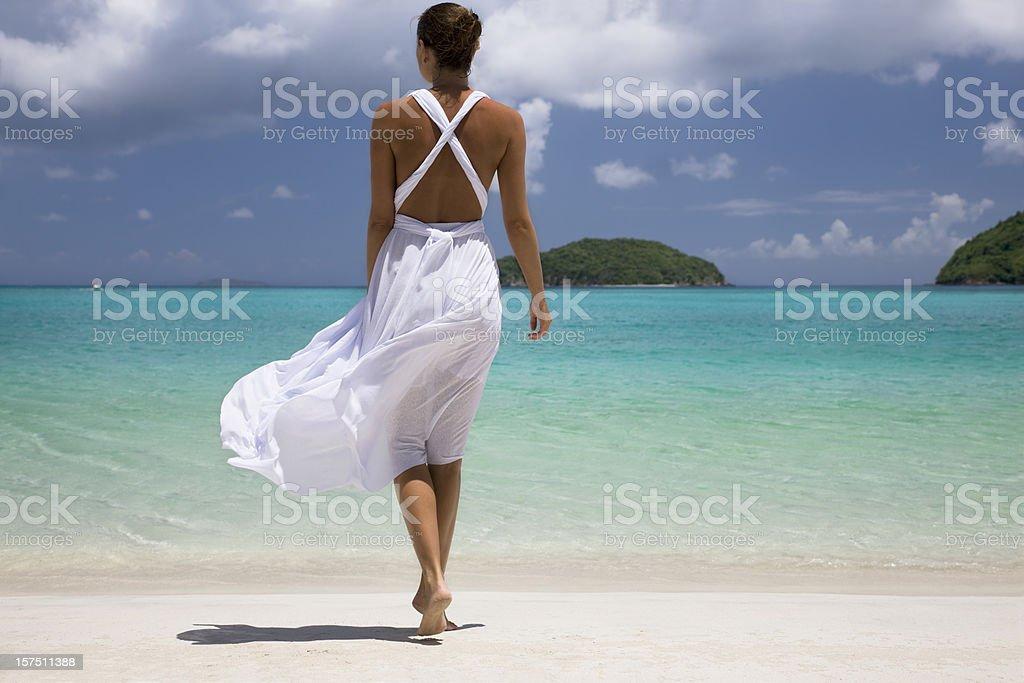 963c0b3adc44 Donna In Abito Bianco Sulla Spiaggia - Fotografie stock e altre ...
