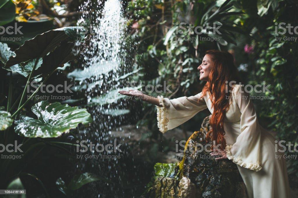 Frau im weißen Kleid stehen gegen Wasserfall – Foto