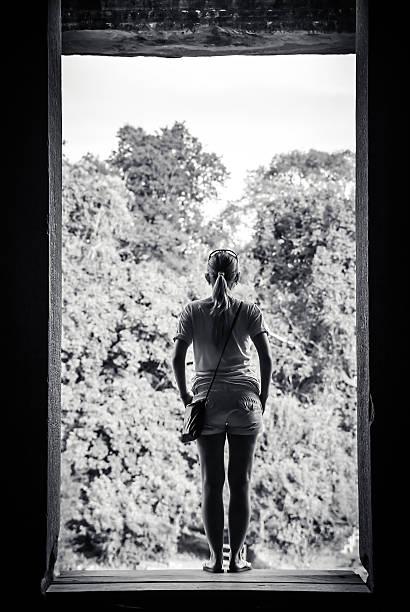 mulher na janela - going inside eye imagens e fotografias de stock