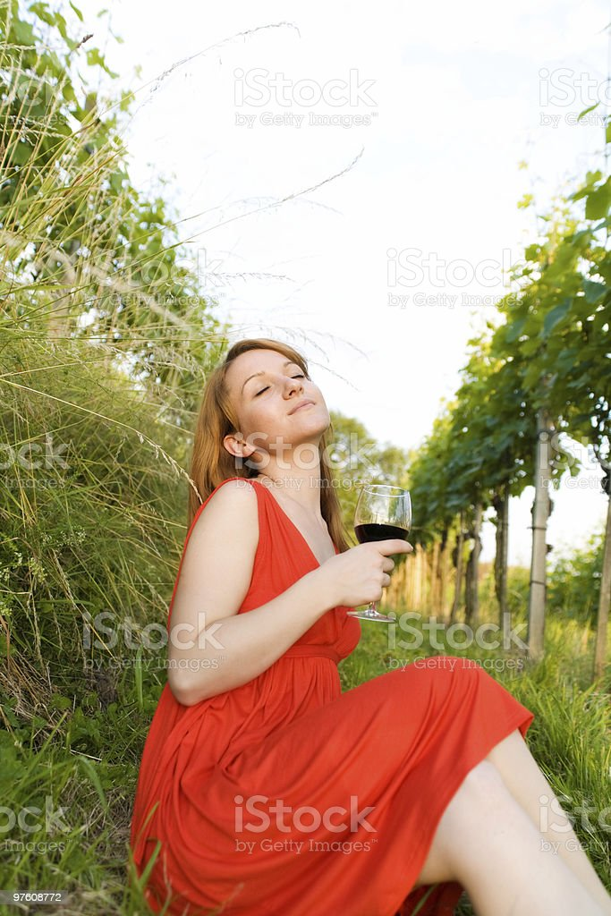 Woman in Wineyard royaltyfri bildbanksbilder