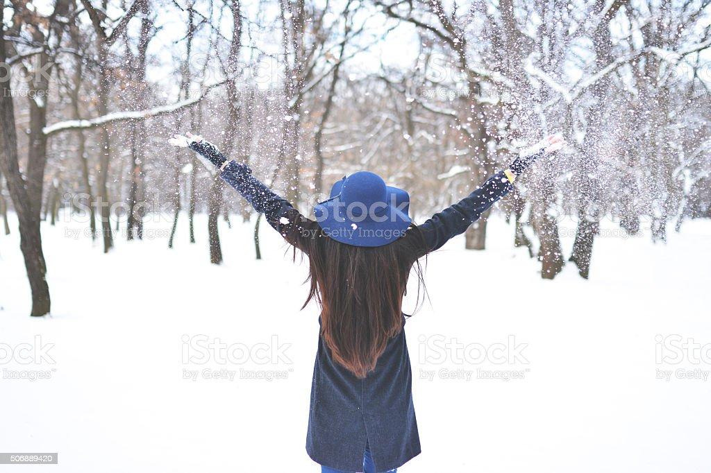 Frau in Winterkleidung werfen Schnee in der Luft – Foto