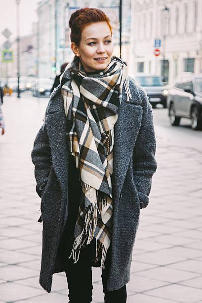 woman in winter coat on the street - wintermantel damen wolle stock-fotos und bilder