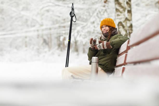 woman in winter park - woman portrait forest foto e immagini stock