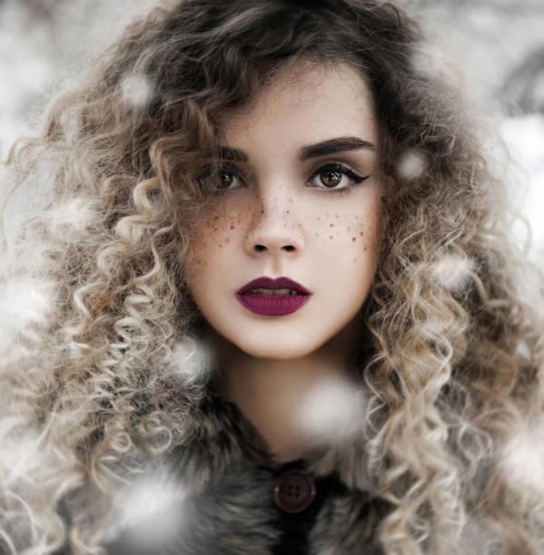Mujer en retrato de invierno al aire libre - foto de stock