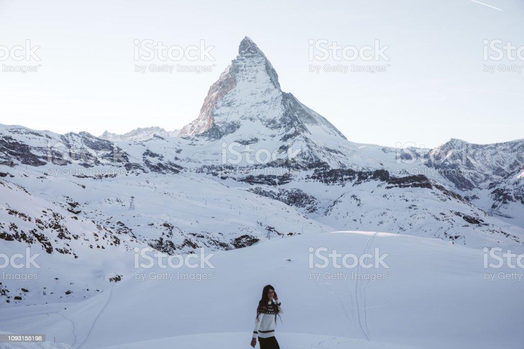 online store b0ac4 9824c Frau Im Wollpullover Zu Fuß Im Winter Schweizer Alpen In Der ...