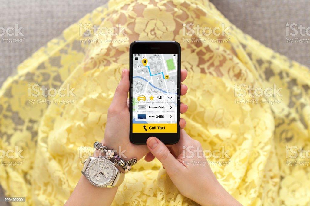 Foto De Mulher No Telefone De Exploração De Vestido Amarelo Com Táxi De Chamada Do Aplicativo E Mais Fotos De Stock De Adulto