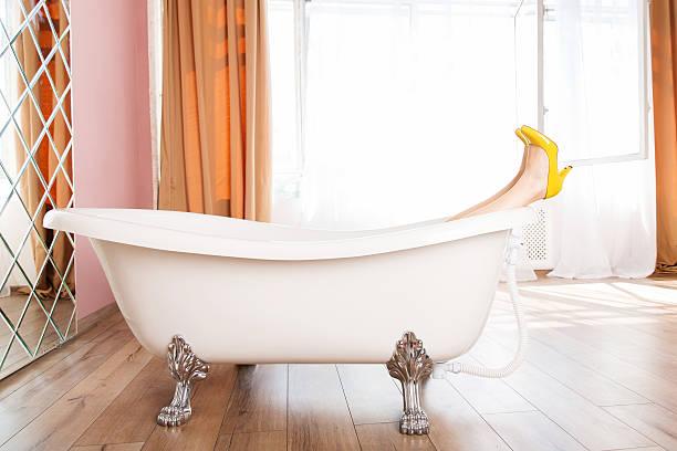 Femme en hauts talons jaune chaussures dans la salle de bains - Photo