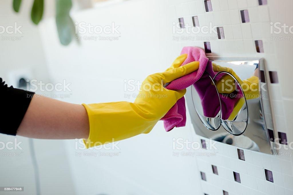 Frau in Gelb Gummi Handschuhe Reinigung flush Knopf – Foto