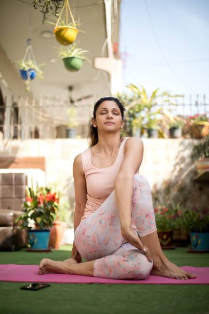Frau im Yoga posieren im Freien – Foto