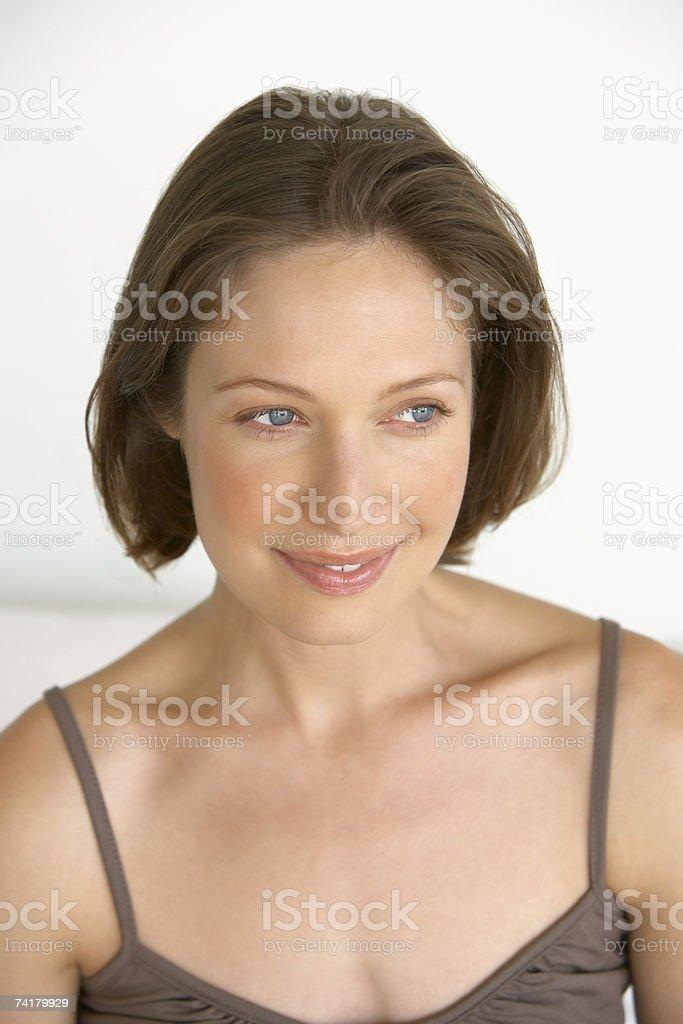 Sorridente Mulher interior foto de stock royalty-free