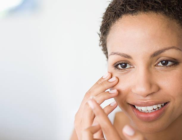 Femme insérer Lentilles de contact - Photo