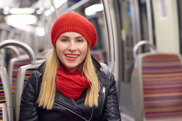 frau in öffentlichen verkehrsmitteln - lederjacke mit kapuze damen stock-fotos und bilder