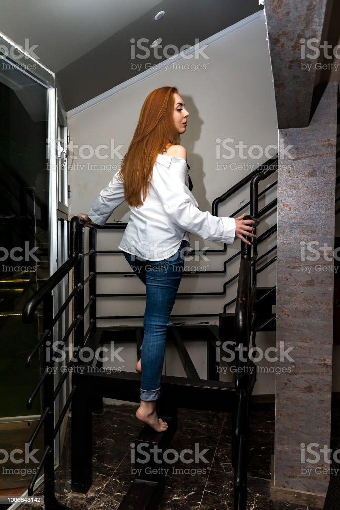 Kadın içeri demir korkuluk ile stok fotoğrafı