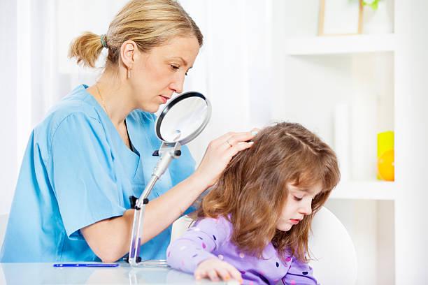 frau überprüfen sie für lice kinder - kopfläuse was tun stock-fotos und bilder