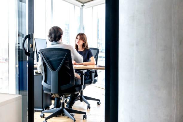 kvinna intervjua en man för ett jobb - job interview bildbanksfoton och bilder