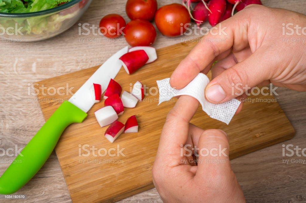 Frau wendet Band Aid Pflaster am finger - Lizenzfrei Arm - Anatomiebegriff Stock-Foto