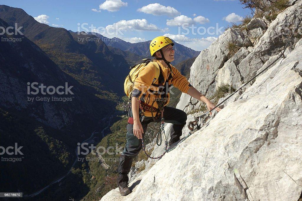 Donna è ascendente montagna via ferrata foto stock royalty-free