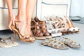 女性は彼女の靴の変更