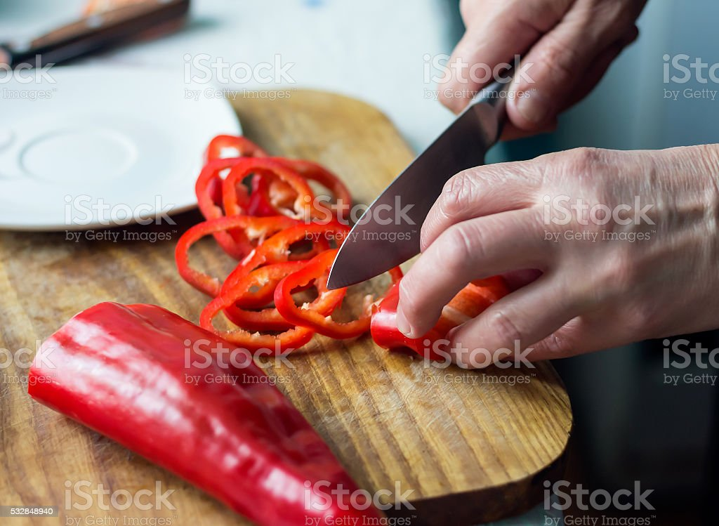 Frau ist Hacken Rote Paprika – Foto