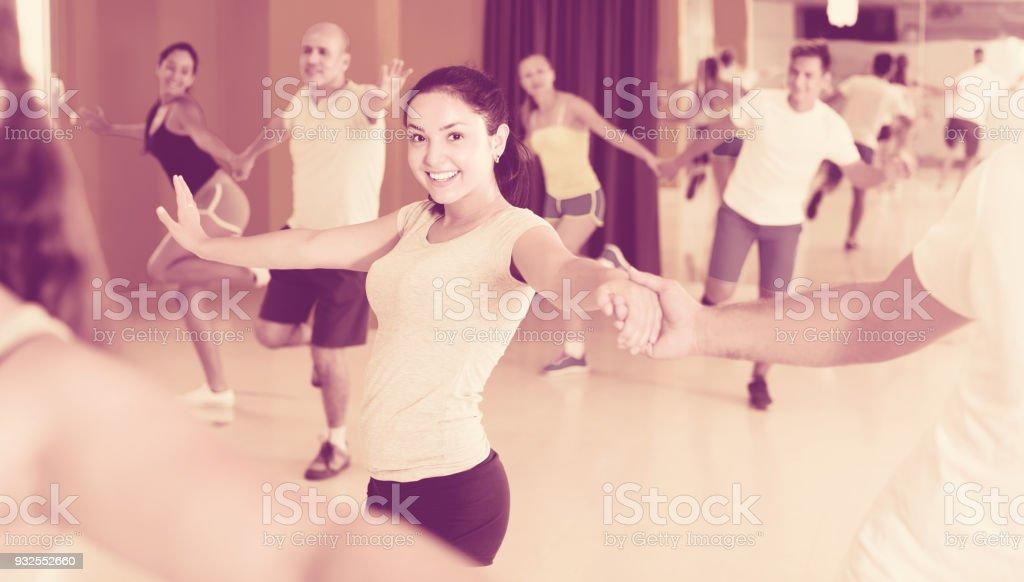 Femme danse rock n roll avec partenaire - Photo