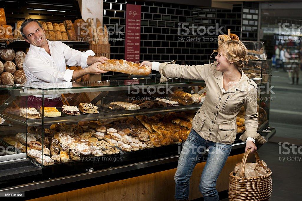 Femme est se battre pour son pain de boulanger - Photo