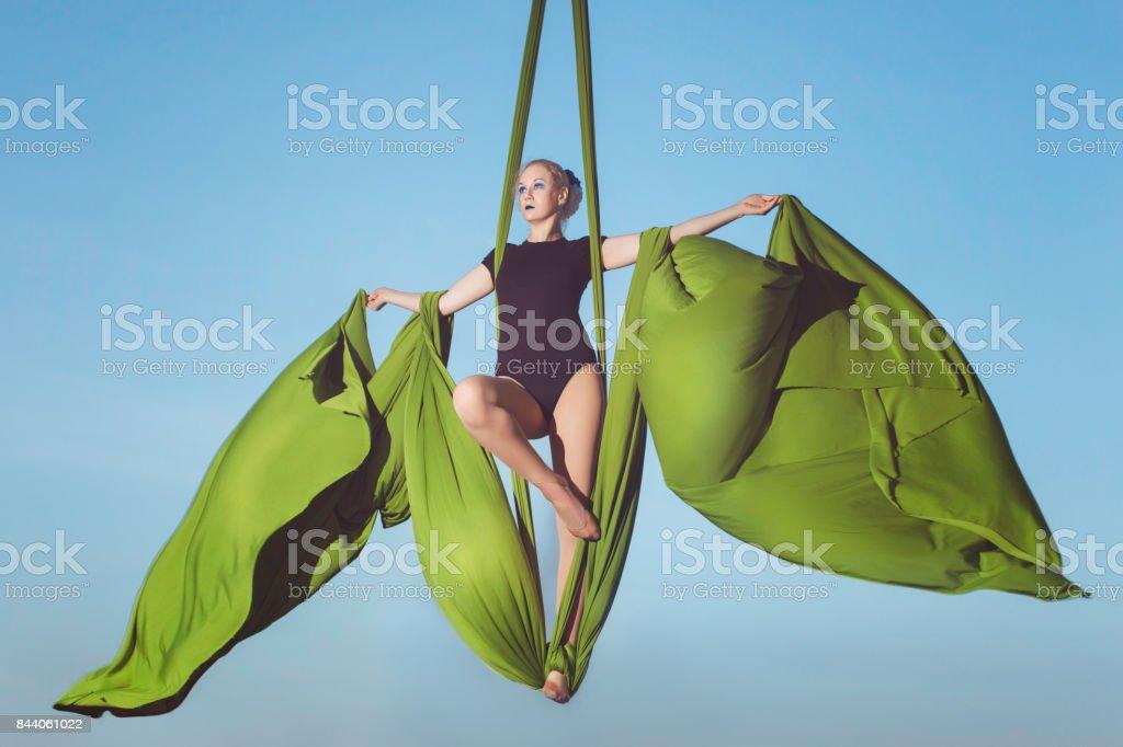 Mujer está volando sobre lienzos. - foto de stock