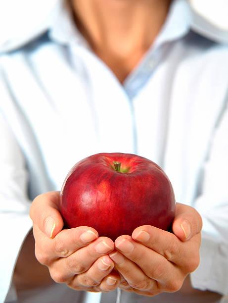 Frau holding roten Apfel in der Hand, Fokus auf apple – Foto