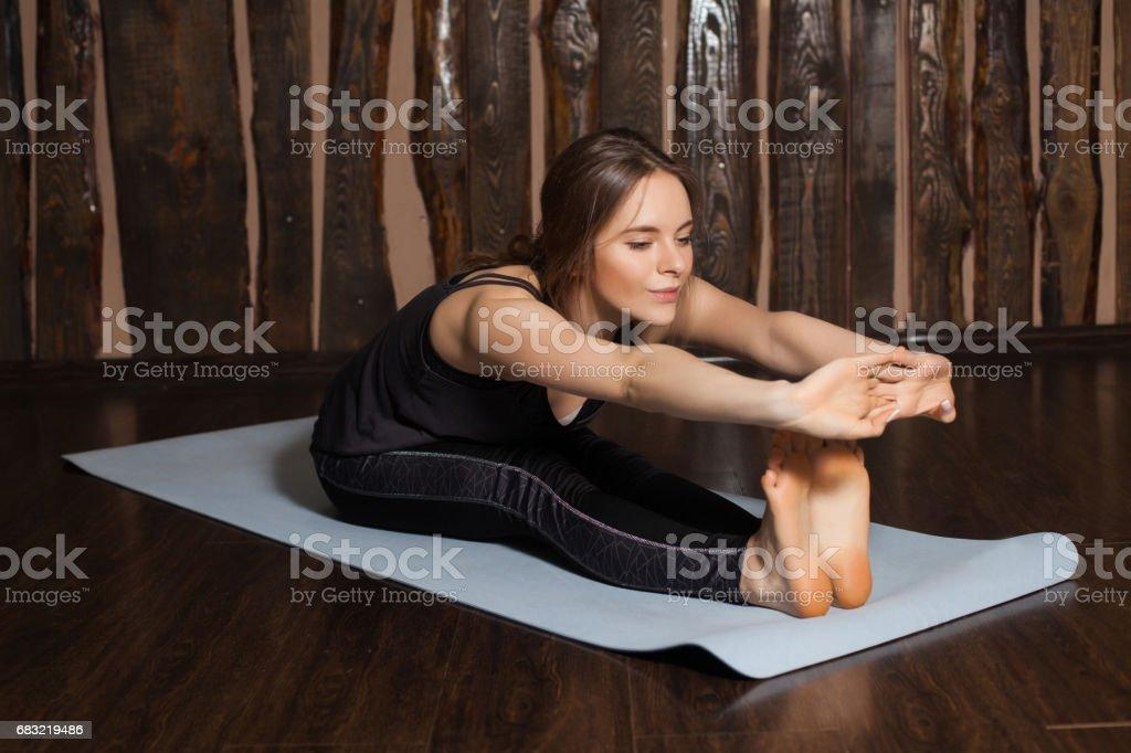 Frau ist in nach vorne Falten-pose Lizenzfreies stock-foto